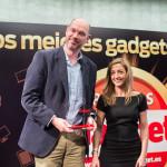 Nieves Manzano, Directora Comercial de Gadget, entrega a Bertrand Caudron, Retail Sales & Manager Director de Microsoft, el Premio Gadget en la categoría Gaming (Xbox One).