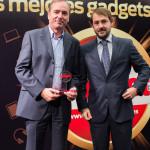 Enrique Asenjo, Director Comercial de Bose, recibe de manos de Juan Manuel Martín Moreno, Director Financiero de Grupo V, el Premio Gadget de la categoría Multimedia/Movilidad (Bose Soundlink Mini)