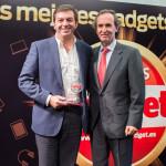 Francisco Arteche de Microsoft recoge el Premio al Gadget del Año (Sony Surface Pro) de manos del Editor de Grupo V, Martín Gabilondo