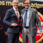 Ignacio González, Director de Comunicación y Relaciones Externas de Audi, recoge el Premio Gadget Tecnología del Automóvil (Audi Connect) entregado por Ángel-Luís Fernández Palacios, Director Comercial
