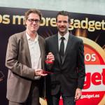 Jorge Juan Gallego, Responsable de Comunicación Corporativa y RRPP de Sony recoge el premio a la mejor Cámara Compacta (Sony RX100 MII) de manos de David Bravo, director de Gadget