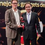 Jorge Juan Gallego, Responsable de Comunicación Corporativa y RRPP de Sony recoge el premio en la categoría Tablet (Sony Xperia Tablet Z) entregado por Ignacio Bustamante, Director de Marketing de Grupo V