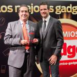 Luis Miguel Martín de Velasco, Director de Comunicación y Marketing de i-Joy, recoge el Premio Innovación en la categoría de Smartphone (i-Joy Elektra) entregado por David Bravo, director de Gadget