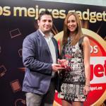 Luis Suárez, PR Manager de Philips, recibe el Premio Gadget a Equipo de Sonido (Philips Fidelio E-Series) de manos de Laura Sacristán, redactora de Gadget