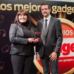 La Directora de Marketing de 1&1, Mónica González Neira, recibe de manos del Director de Gadget, David Bravo, el premio Innovación en Hogar Digital (1&1 Creación de Páginas Web)