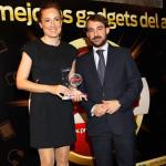 Maite Ramos, Directora General de Lenovo, recibe el Premio Gadget a mejor Ordenador (Lenovo Ideapad Yoga) de manos de Juan Manuel Martín Moreno, Director Financiero de Grupo V