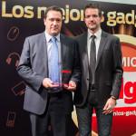 Mariano Pascual, comercial de Vieta, recoge el Premio a la Innovación en Multimedia / Movilidad (Vieta VHP-CB150 Custo Barcelona) entregado por David Bravo, director de Gadget
