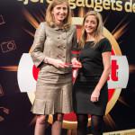Natalia Muñoz, Directora de División Gama Blanca de Samsung recoge el Premio Gadget Hogar Digital (Samsung Ecobubble WiFi) entregado por Nieves Manzano, Directora Comercial de Gadget