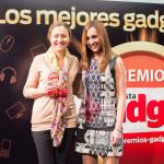 Pilar González Tejedor, Corporate and Marketing Communication Manager España de Canon, recoge el Premio Gadget a la Cámara de Objetivos Intercambiables (Canon EOS 70D) de manos de la Redactora Jefe Laura Sacristán