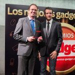Antonio Navarro, Sales And Marketing Manager Spain And Portugal de D-Link, recibe el premio Innovación en Hogar Digital (D-Link DCS-933L) entregado por David Bravo, director de Gadget